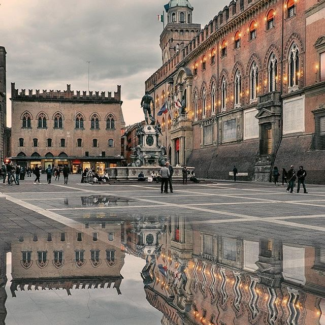 Bologna, italy town square \ Day Trips from Florence